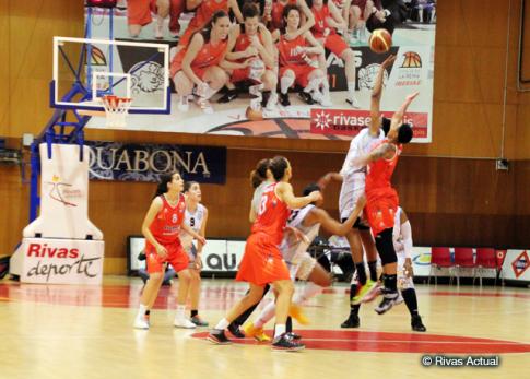 Lyndra Weaver, en el salto inicial del partido (Foto Rivas Actual)