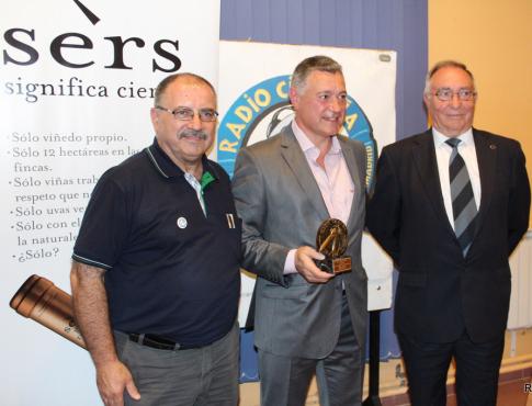 Julian Merino, con su trofeo, acompañado por José María Playán (Radio Cigüeña) y Vicente Temprado, presidente de la Federación de Fútbol Madrileña (Foto cortesía de Radio Cigüeña)