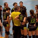 El entrenador del Duero Proyel, Carlos López, da indicaciones a sus jugadoras (Foto cortesía de AD Voleibol Rivas)