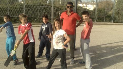 Varios de los alumnos del centro, con el equipo necesario para practicar el cricket (Foto cortesía AMPA Jarama)