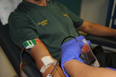 Un agente de la Guardia Civil donando sangre (Foto cortesía hospital del Sureste)