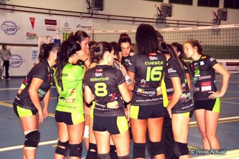 Las jugadoras del Duero Proyel Rivas, antes de comenzar el último partido de liga, frente a Fisiomas Zalaeta (Foto Rivas Actual)