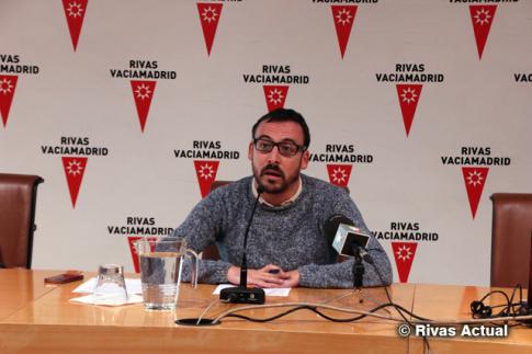 el concejal de Educación y portavboz del Gobierno municipal, Curro García Corrales, durante la rueda de prensa esta mañana (Foto Rivas Actual)