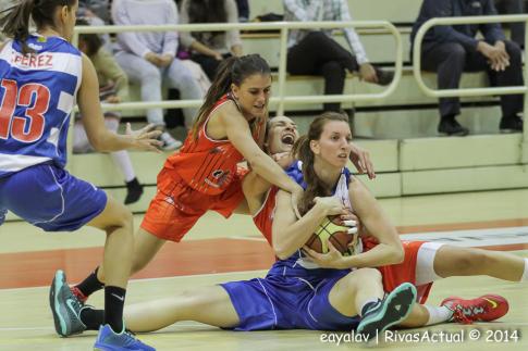 Ocete y Ajanovic disputan un balón a Laura Gil (Foto Enrique Ayala)