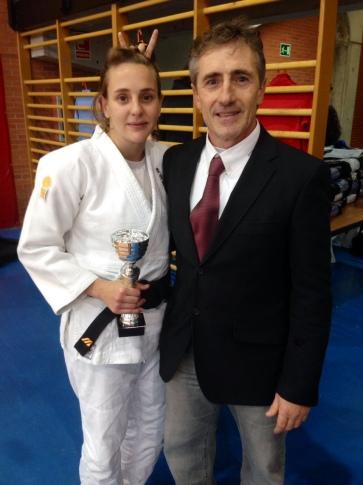 María Cabas junto a Paco Lorenzo, presidente del Judo Rivas (Foto cortesía del club)