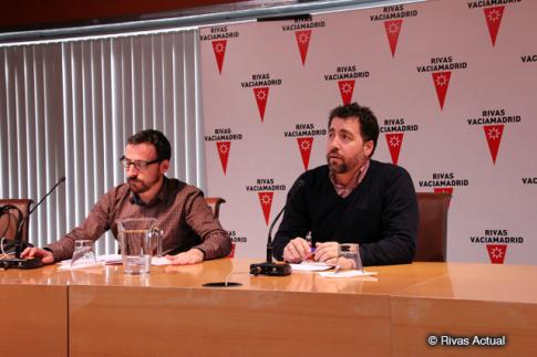 Pedro el Cura (en primer plano) y Curro García Corrales durante la rueda de prensa anunciando los acuerdos adoptados (Foto Rivas Actual)