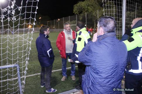 Agentes de la Policía Local de Rivas dialogan con el presidente de La Meca de Rivas, Julián Merino (con chaqueta roja) a la entrada del campo de fútbol (Foto Rivas Actual)