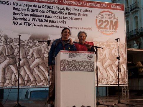 Dos miembros de la Plataforma 22M de Rivas se dirigen al público en la Puerta del Sol de Madrid