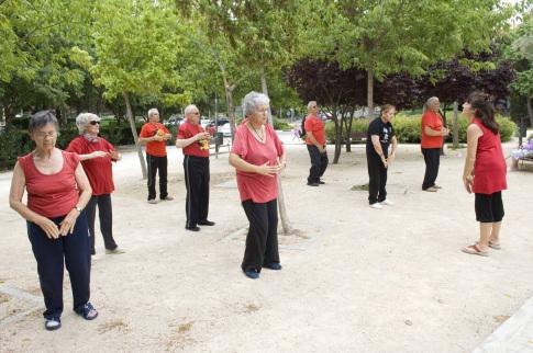 Personas mayores durante una práctica de Tai-chi, en 2013 (Foto Ayto Rivas)