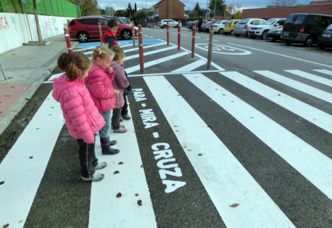 Varios niños observan la leyenda pintada en el paso de cebra antes de cruzar por el mismo (Foto cortesía de AMPA Jarama)