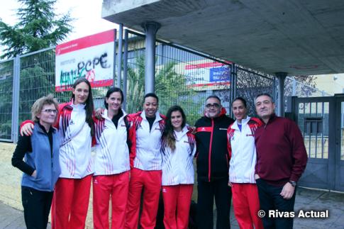 Las cinco jugadoras del equipo y el entrenador del mismo, a la entrada del centro acompaados por el director y por una de las profesoras del mismo (Foto Rivas Actual)