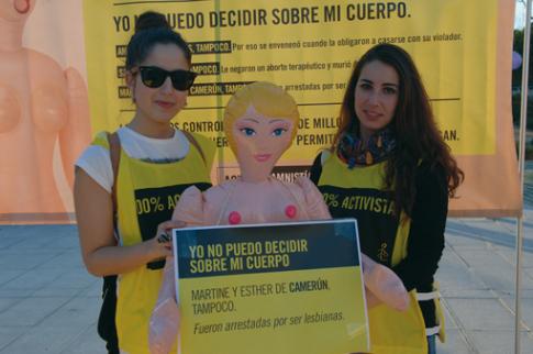 Activistas de Aministía Internacional mostrando actuando en una de sus campañas (Foto cortesía  Ayto Rivas)