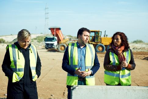 El alcalde, Pedro del Cura, acompañado de las concejalas Ana María Reboiro (izquierda) y Montse Burgos, en la presentación de una de las rotondas del barrio (Foto cortesía Ayto. Rivas)