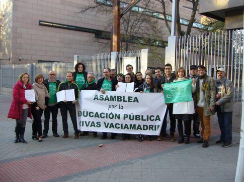 El grupo de representantes de AEPR, junto con los políticos que les recibieron (Foto cortesía AEPR)