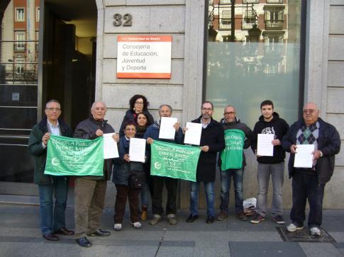 Miembros de la AEPR, ante la sede de la Consejería (Foto cortesía AEPR)
