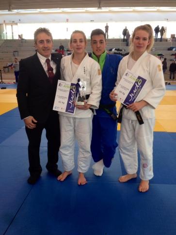 Paco Lorenzo (director del Judo Rivas) junto a María Cabas, Alejandro Mellado y Maite Sardiña (Foto cortesía del club)