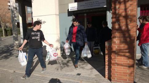 Miembros de la asociación trasladan hasta un vehículo las bolsas con los donativos  (Foto cortesía ANSHDA)