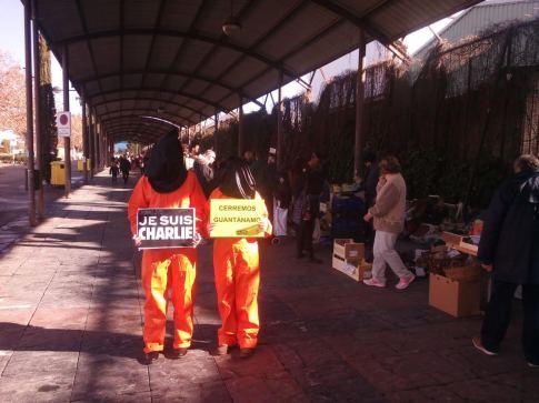 Dos activistas de Amnistía Internacional, ayer en Rivas durante su acción (Foto cortesía de Amnistía Internacional Sudeste de Madrid)