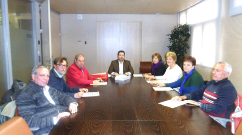 La delegación de Jubiqué Rivas, reunida con el Alcalde (al fondo, en el centro) y la consejala de Mayores (a la izquierda de éste) (Foto cortesía de Jubiqué Rivas)
