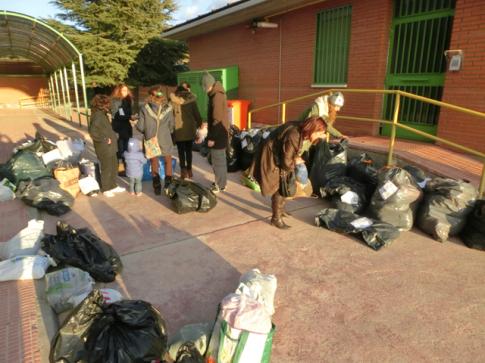 Miembros del AMPA Jarama ordenando las bolsas con los abrigos (Foto cortesía AMPA Jarama)