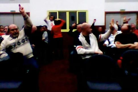 Votación en la última asamblea de Podemos Rivas (tomada del streaming ofrecido en directo por Podemos)