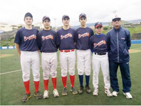 Álvaro Domónguez e Iván Esteban, en una foto de grupo (Foto cortesía CBS Rivas)