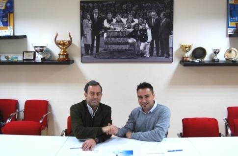 Carlos Almazán (izquierda) y Juan Carlos Martínez, responsable de la sección de Tenis adaptado de FUNDAR, durante la firma del convenio (Foto cortesía FUNDAR)