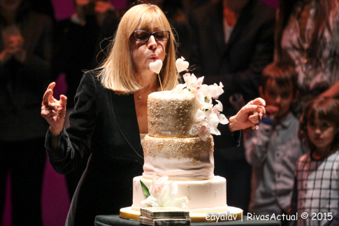 Cristina Rotta sopla las velas de la tarta que le regalaron (Foto Enrique Ayala)