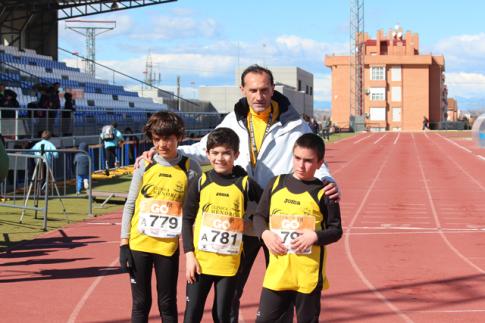 Los tres jóvenes atletas junto al director del club, tras la prueba (Foto cortesía del club)