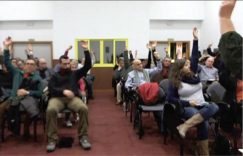 Una imagen de la votación, tomada de la retransmisión de la asamblea realizada ayer, ofrecida en directo mediante streaming