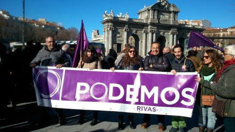 Membros de Podemos Rivas, en la Puerta de Alcalá de Madrid (Foto cortesía Podemos Rivas)i