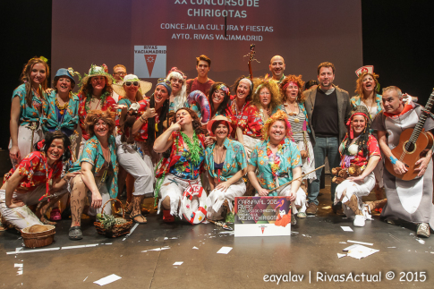 Miembros de la Asociación Al Alba, tras recibir el premio a la Mejor Chirigota de manos del alcalde de Rivas (Foto: Enrique Ayala)
