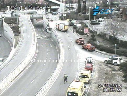 Vista del accidente, a las 11:35 de la mañana, apenas quince minutos después de producirse el vuelco del camión. Está tomada por una cámara de la DGT