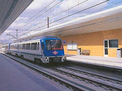 Uno de los trenes que presta servicio entre Puerta de Arganda y Arganda del Rey