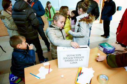 Una niña vota en la urna dispuesta al efecto (Foto cortesía Ayto Rivas)