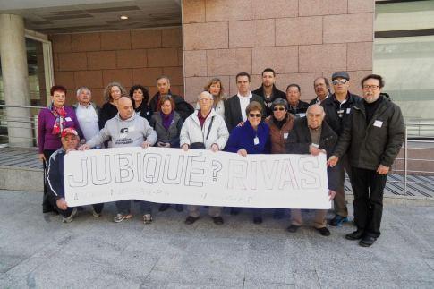 El grupo de representantes de Jubiqué Rivas, ante la puerta de la Asamblea de Madrid, el pasado 23 de marzo (Foto cortesía Jubiqué Rivas)