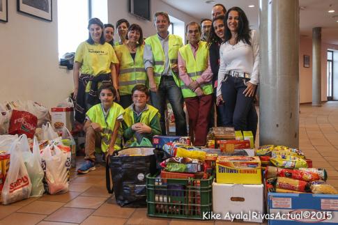 Voluntarios de la RRAR exhiben parte de los alimentos recogidos (Foto kike Ayala)
