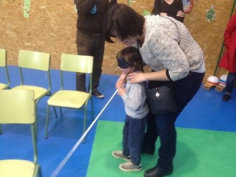 Una niña experimenta durante el taller las sensaciones de una persona invidente (Foto cortesía AMPA Jarama)