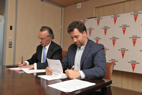 El alcalde de Rivas, Pedro del Cura y el presidente de Oesía, Luis Furnells, durante la firma del convenio de colaboración.