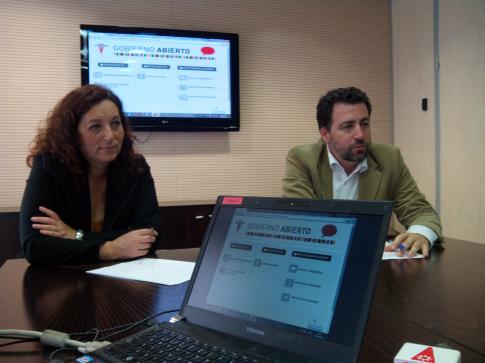 Montserrat Burgos y Pedro del Cura, durante la presentación, hoy, del nuevo portal (Foto cortesía Ayto. Rivas)