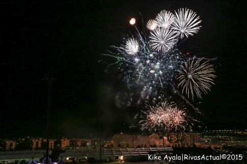 A las doce de la noche tuvo lugar la tradicional traca de fuegos artificiales. (Foto: Kike Ayala).