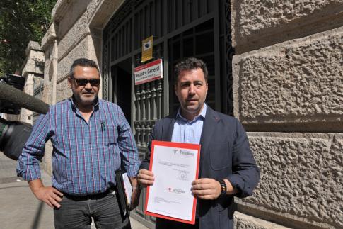 Julio Sanz, presidente de la Federación Profesional de Taxi de Madrid, y el regidor, Pedro del Cura, ante la Consejería de Transporte. (Foto: cortesía del Ayto.)