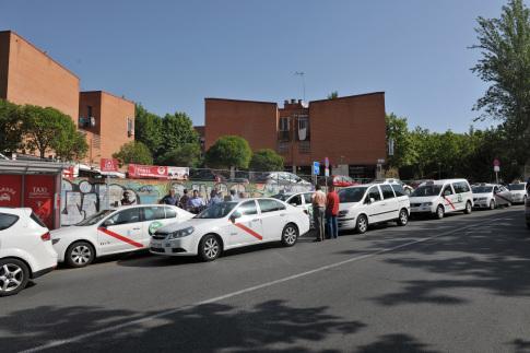 Una caravana de taxistas de Rivas ha protestado, junto al alcalde, Pedro del Cura, ante la Consejería de Transportes por el boicot de la Comunidad a la iniciativa del taxi compartido. (Foto: cortesía del Ayuntamiento)