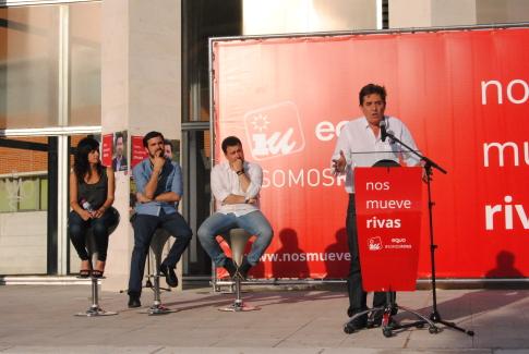 """El candidato de Izquierda Unida (IU) a la Comunidad de Madrid, Luis García Montero y el candidato a las generales, Alberto Garzón, han participado en el acto """"grande"""" de la campaña de IU-Equo Somos Rivas. (Foto: Irene Núñez)."""