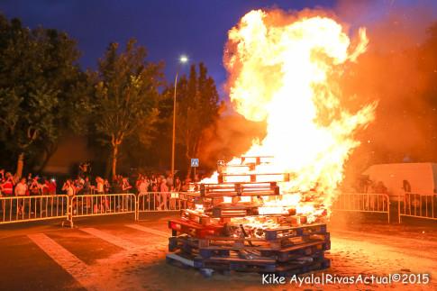 La tradicional hoguera de San Juan, organizada en Covibar. (Foto:Kike Ayala).