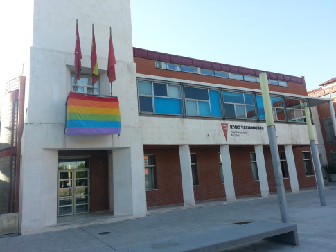 La bandera del Orgullo Gay en el Ayuntamiento de Rivas. (Foto: cortesía del Ayto.)
