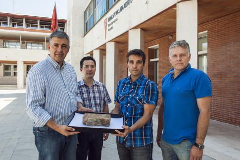 Representantes de Soka Gakkai entregan el bloque de la catedral de Urakami al edil de Rivas, Rubén Tadeo. (Foto: cortesía del ayto.)