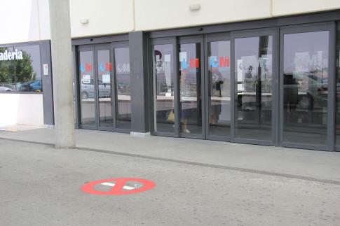 Entyrada principal del hospital, con la señalética pintada en el suelo (foto cortesía Hospital del Sureste)