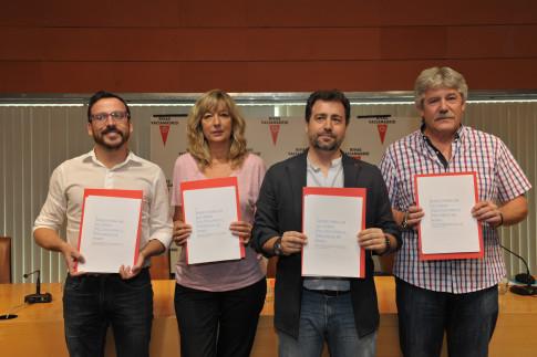 Los portavoces de los grupos municipales y el alcalde de Rivas en la firma del Acuerdo de Gobernabilidad.