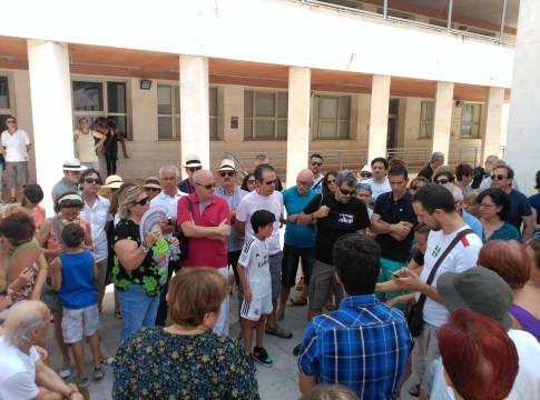 Varias decenas de personas de Rivas han participado este medio día en una asamblea convocada espontáneamente y difundida en las redes sociales, con el fin de evaluar la situación creada por la quema de vertidos ilegales. (Foto: Rivas Actual).